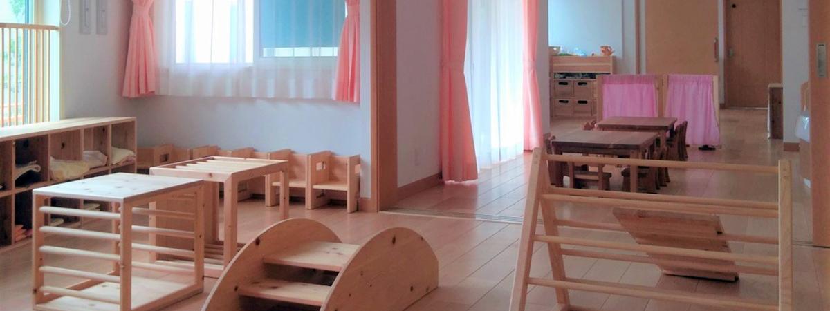 シュタイナー保育園で用いられる、木製の大型遊具がある保育室の中の様子。木のぬくもり溢れる保育室です。