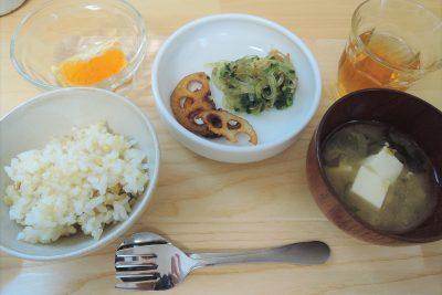 肉、卵、乳、小麦を使わないつめくさ保育園のある日の給食。雑穀ごはん、春雨と青菜の甘辛炒め、納豆汁、柑橘、三年番茶。