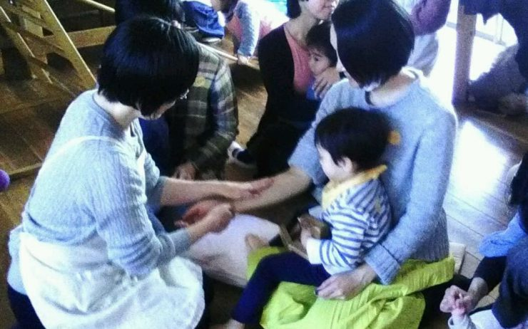 2/5 「おひさまぽかぽかクラス」親子マッサージの様子